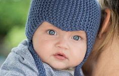 Baby i stickad blå mössa Baby Clothes Blanket, Baby Kids Clothes, Knitted Animals, Knitted Hats, Crochet Baby, Knit Crochet, Baby Barn, Baby Hat Knitting Pattern, Knit Baby Dress