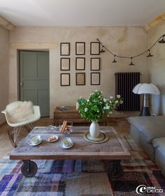 haken's place: A beautiful cottage in Southern France. Living Room Display Furniture, Minimalist Bedroom, Minimalist Home, Cluttered Bedroom, Rustic Wood Floating Shelves, Coffee Table With Wheels, Open Concept Kitchen, Cottage Design, Diy Home Improvement