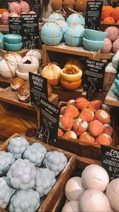 Lush - Lush bath bombs are my fav Best Picture For diy crafts For Your Taste You a - Diy Home Decor Projects, Diy Projects To Try, The Body Shop, Skin Care Routine For Teens, Diy Hanging Shelves, Lush Bath Bombs, Lush Cosmetics, Homemade Cosmetics, Lush Products
