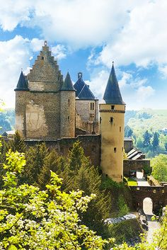 Vianden castle in Luxembourg sits on top of the city. Click through to see 20 of the most BEAUTIFUL fairy tale castles in the world! Beautiful Fairies, Beautiful Castles, Beautiful Places, Montenegro, The Places Youll Go, Places To See, Malta, Bósnia E Herzegovina, Parque Natural