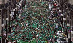 กลุ่มผู้ชุมนุมสวมเสื้อสีเขียว เดินขบวนเพื่อแสดงการสนับสนุนการประท้วงหยุดงานของเหล่าครูอาจารย์ในเมืองปัลมา บนเกาะมาญอร์กา ประเทศสเปน เพื่อประท้วงเรียกร้องสิทธิ์การใช้ภาษา...