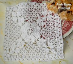 Centrinho Quadrado Branco com Flor em Crochê Filê