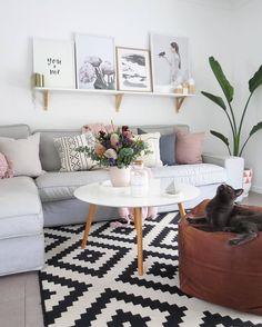 Patronen Donderdag! In Nieuw Zeeland houden ze van #vloerkleden met #patronen. Wij vinden het in ieder geval erg gezelllig! De #kat ook, Jullie? | Voor meer vloerkleden ->  Link in bio l * * * * Credits: @becdarragh + @see_tribe + @milkies.candle.co + @_inthedaylight + @yorkelee_prints + @immyandindi + @sophiemelville_artist + @_lovetildy * * * * #interiorstyling #interior4all #interiorstyled #interiordesign #designinterior #livingroomdecor #scandinavianhomes #scandinaviandesign…
