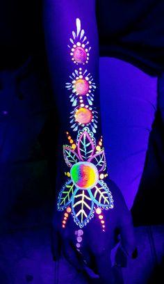 BODY ART ~ Black light glowing paint body art Pintura Neon 9d2d9f17ba