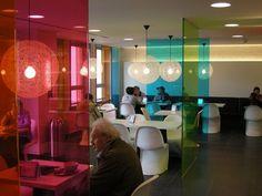 Divisórias de vidro colorido trazem cor e transparência - alegria com leveza