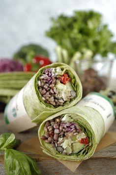サラダラップ 雑穀 & ビーンズ バジル ¥380(本体価格) ・肉、魚を使用しない、雑穀と豆メインのサラダラップ ・夏にぴったりのバジルソース ・噛むほどに楽しめる雑穀や豆が持つ味わい深さと食感がポイント ・トルティーヤは緑茶で色付け ・雑穀は発芽押し麦、はだか麦、丸麦、ハト麦、もち麦、黒米、赤米の7種類使用 ・豆は枝豆、ひよこ豆、黒豆の3種類使用 ・雑穀、豆以外にはレタス、サニーレタス、紫キャベツ、キュウリ、ブロッコリー、赤パプリカ、タマネギ、ポテト、ローストアーモンド、パルメザンチーズ、枝豆フムスを使用