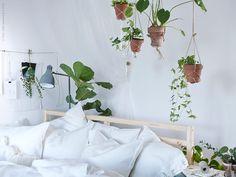 Vila i det gröna med TARVA sängstomme bäddad med LINBLOMMA påslakan. ARÖD golvlampa.