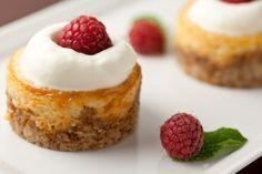 Honey Almond Mini Cheesecakes with Raspberries - a mixture of baklava & cheesecake with berries - sounds perfect to me! Baklava Cheesecake, Mini Cheesecake Recipes, Cheesecake Bites, Mini Desserts, No Bake Desserts, Healthy Desserts, Just Desserts, Delicious Desserts, Dessert Recipes