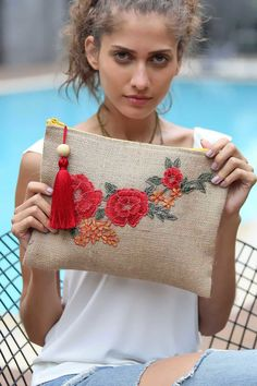 Am uitat safsv si geanta mica! Use clutch idea, but with different stitched design - -gabi. This Pin was discovered by Gou Embroidery Bags, Embroidery Stitches, Embroidery Patterns, Sewing Patterns, Potli Bags, Jute Bags, Fabric Bags, Handmade Bags, Fabric Crafts