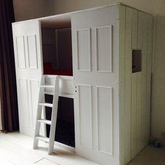 """""""Kastbed"""", ingrediënten: Ikea hoogslaper, oude paneeldeuren, planken voor de zijwandjes en voor het dakje latten en linnen. #diy"""