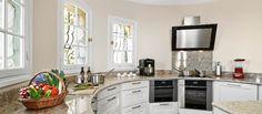 Huvila Rivieran keittiön tasot ovat pyöreän malliset.