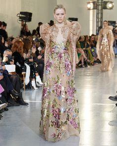 ELIE SAAB Haute Couture Spring Summer 2020 Love Couture, Haute Couture Gowns, Elie Saab Couture, Couture Week, Haute Couture Fashion, Couture Dresses, Fashion Dresses, High End Fashion, Fashion 2020