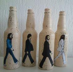 O Jogo vem com 4 garrafas de vidro decoradas. Imagem da frente colorida e do verso em preto. Não vendidas separadamente.