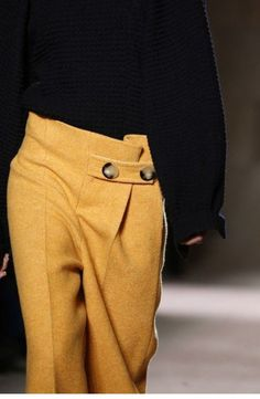 Victoria Beckham - pants with waistband feature Fashion Details, Look Fashion, Winter Fashion, Fashion Pants, Fashion Outfits, Womens Fashion, Fashion Blogger Instagram, Winter Mode, Mode Outfits
