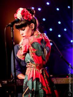 Nita de Fuel Fandango nos tiene encandiladas con su naturalidad, su cercanía, su talento, fuerza y personalidad en el escenario, y por esa mezcla de estilo flamenco/retro/mexicano que tan bien la sienta