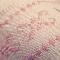 Que pessoas de bem cruzem meu caminho... #pontoreto #bordadoamao #embroidary #toalhaderosto