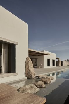 World Architecture Community News - K Studio built small holiday villa with round-edged volumes and shading elements in Mykonos Future House, My House, House Near The Sea, Studio Build, Design Exterior, Facade Design, Architecture Design, Minimalist Architecture, Concept Architecture