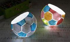 Mit Luftballon und Kleister können kleine und große Fußballfans dieses Lämpchen nachbasteln.