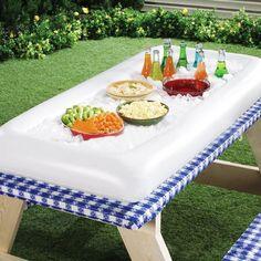Das ideale Zubehör für die spontane Party: Das aufblasbare Buffet ist leicht zu verstauen und bietet trotzdem genug Platz für Getränke, Snacks, Salate, etc.