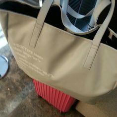 Twitter / ioryiony: ブロガーズトート、こんな感じ。かなり大きい。機内持ち ... Madewell, Tote Bag, Twitter, Bags, Fashion, Handbags, Moda, Fashion Styles, Totes