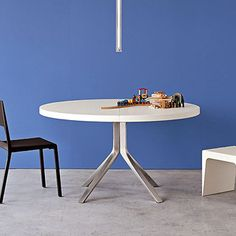 Design: Monica Graffeo The simplicity and minimalism of the Oops extendable round table are what give it its dynamic visual impact. A perfect round table Oval Table, Modern Dining Table, Extendable Dining Table, Italian Furniture, Furniture Manufacturers, Dining Room, The Originals, Home Decor, Kitchen