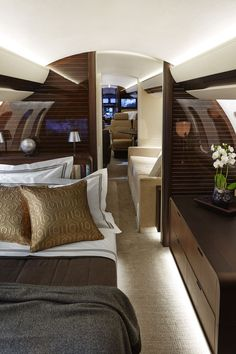 The Bombardier Global 7000 is another way to sleep and travel in Frette so you a. The Bombardier Global 7000 is another way to sleep and travel in Frette so you always feel at home. Jets Privés De Luxe, Luxury Jets, Luxury Private Jets, Private Plane, Private Jet Interior, Yacht Interior, Luxury Interior Design, Aircraft Interiors, Ways To Sleep