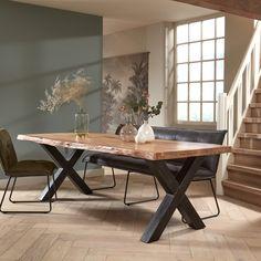 Massieve boomstamtafels van het merk Tower Living. Keuze uit vier onderstellen. De tafels zijn gemaakt van de beste kwaliteit Aziatisch acaciahout en hebben mooie natuurlijke kenmerken en vormen in het hout. Het tafelblad van de 180 en 200 cm uitvoeringen bestaan uit 4 cm dik massief acaciahout. Alle andere formaten hebben een tafelblad van 6 cm dik. De tafel is afgelakt met een sterke, beschermende lak. Het onderstel is voorzien van verstelbare vloerdoppen voor maximale stevigheid. Oak Table, Dinning Table, Dining Room, Living Room Inspiration, Interior Inspiration, Home Decor Bedroom, Home And Living, Interior Decorating, Room Makeovers