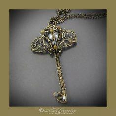 #brass #oxidizedbrass #jewelry #pendant #gematite #fantasy #fashion #key #wirewrap