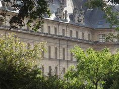 """L'hôtel des Invalides par un jour d'été frisquet : C'est une photo que j'ai prise au vol, à la fin d'une cérémonie de mariage durant laquelle je m'étais photographiquement bien dépensée. Et puis je ne sais pas elle est venue bien. Dans la série les (bonnes) surprises du """"développement"""".  [lundi 27 juillet 2015 18:32, Paris VIIème]   gilda_f"""