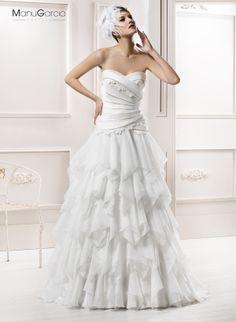 Precioso vestido de novia con cuerpo escote de corazón de lorzas y una falda voluminosa de pañuelos de organza