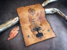 Leather tobacco pouch with pyrography. Ship and compass Leather Tobacco Pouch, Leather Pouch, Small Quotes, Leather Dye, Make A Gift, Leather Accessories, Craft Work, Pyrography, My Bags