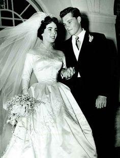 Linda Elizabeth Taylor de noiva. Vestido assinado por Helen Rose