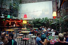 Budapest Jewish Quarter - in a ruin pub (and open-air cine… Garden Cafe, Beer Garden, Food Court Design, Food Park, Outdoor Cinema, Pop Up Bar, Outdoor Venues, Cafe Bar, Cafe Design