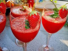 Strawberry Daiquiri a nice recipe from the category Longdrink. - - Strawberry Daiquiri a nice recipe from the category Longdrink. Cocktail Fruit, Rum Cocktail Recipes, Easy Cocktails, Vodka Cocktails, Recipe Using Cranberries, Healthy Smoothie, Smoothies, Long Drink, Vegetable Drinks