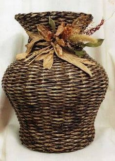 Set aside a weekend for these easy crafts to make and sell. Who says you can't put your craft skills to good use when it comes to earning Paper Basket Weaving, Weaving Art, Newspaper Basket, Newspaper Crafts, Newspaper Wall, Crafts To Make And Sell, Diy And Crafts, Simple Crafts, Wicker