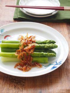 みずみずしいアスパラガスに香ばしくて旨味たっぷりの桜えびソースがぴったり! とっても簡単だけど、止まらなくなる美味しさです。 桜えびで、不足しがちなカルシウムの補給も。 Asparagus, Green Beans, Vegetables, Recipes, Food, Studs, Vegetable Recipes, Eten, Veggie Food