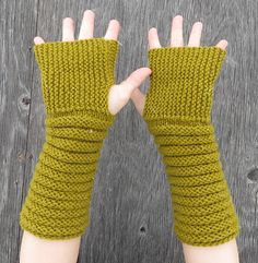 Ravelry: Gully Gloves pattern by Kelly McClure Christmas Knitting Patterns, Knit Patterns, Fingerless Gloves Knitted, Hand Warmers, Mittens, Crochet Projects, Alana Blanchard, Snowboarding Girl, Skateboard Girl
