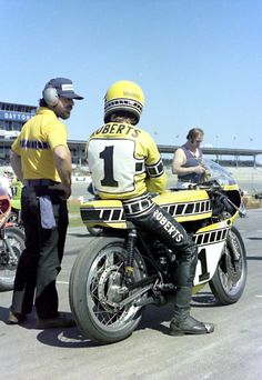 Roberts on a 250 Yamaha Twin Old School Motorcycles, Yamaha Motorcycles, Cars And Motorcycles, Motorcycle Racers, Super Bikes, Vintage Racing, Road Racing, Motogp, Cool Bikes