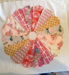 Edge Dresden Plate How To Dresden plate tutorial. Really clear! Really clear! Dresden Plate Patterns, Dresden Plate Quilts, Quilt Patterns Free, Quilting Tutorials, Quilting Projects, Quilting Designs, Quilting Ideas, Sewing Projects, Small Quilts