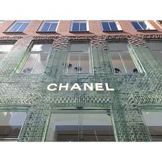 Brick Glass-Front Chanel Boutique In Amsterdam by MVRDV - Each of the facade's roughly 7,000 glass bricks was hand-cast by Poesia of Italy Brick Design, Facade Design, Wall Design, Glass Blocks Wall, Brick Building, Glass Building, Brick Interior, Amsterdam, Chanel Boutique