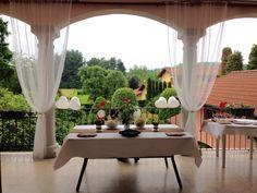 Terrazzo con vista su giardino, tende bianche (zanzariera ikea), decorazioni bianche e marroni