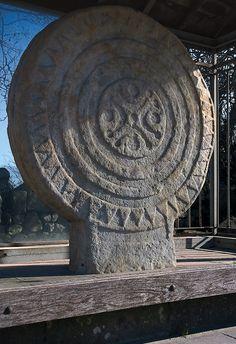 Estela cántabra Las estelas cántabras son discos de piedra monolíticos de diferentes dimensiones, cuyos primeros ejemplares fueron tallados en los siglos previos a la romanización de Cantabria. En su ornamentación habitual figuran esvásticas, trisqueles, cruces, hélices, aspas, guerreros o representaciones funerarias pre-romanas.