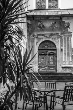 Ein kleines Café im Innenhof vom Schloss Stainz bietet einen guten Blick auf den Eingang der Kirche. Kirchen, Inspiration, Internal Courtyard, Entrance, Small Coffee Shop, Wedding Photography, Rustic, Biblical Inspiration, Motivation