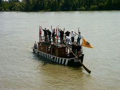 Ulma, az úgynevezett Ulmer Schachtel megépített mása, egy ulmi baráti körrel a fedélzetén a Dunán Vácnál 2006-ban (Fotó: Ambach Mónika)
