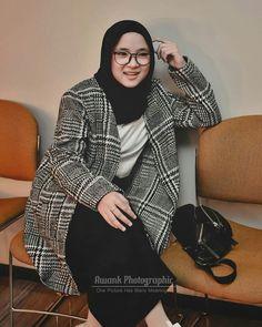 Jilbab Smile: Nisa Sabyan of Indonesian Beauty Singer Muslim Women, Girls In Love, Hijab Fashion, Cool Girl, Beautiful Women, Singer, Actresses, Blazer, Pretty