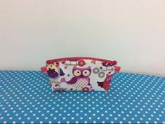 Tuto Couture Madalena.trousse De Toilette Ado - YouTube Pouch, Wallet, Bandana, Coin Purse, Purses, Youtube, Fabric, How To Make, Crafts