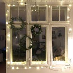 Ingen jul uden kranse og lyskæde i vinduet 🌟 Øverst til venstre: euqalyptuskrans, øverst til højre: lille krans af gran, fyr, lærkegrene, rensdyrlav mm. Nederst: krans af mini silkefyr #julestemning #julepynt #jul2018 #bettysjul