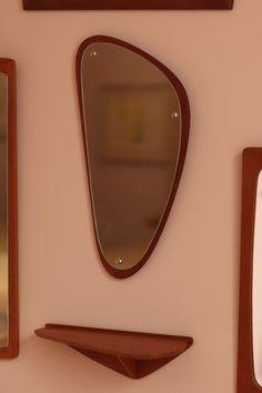 Lustro wiszące w ramie z drewna tekowego. Dodatkowa półka. Producent to Jansen Spejle. Lata 60.…