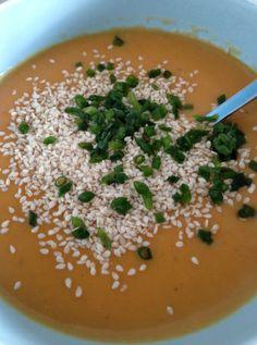 Karottensuppe mit asiatischer Note von http://www.pinterest.com/redweirdrose/ Zutaten: Möhren,  Kartoffel, Wasser, Gemüsebrühe, getrockneter Bärlauch, Kokosnussmilch, Agavendicksaft, Schnittlauch, Sesam, Salz, Pfeffer #gutelaunevitamix