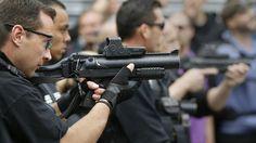 La policía apunta con armas de control de disturbios contra aficionados en el centro de Lille, Francia, el 15 de junio de 2016.